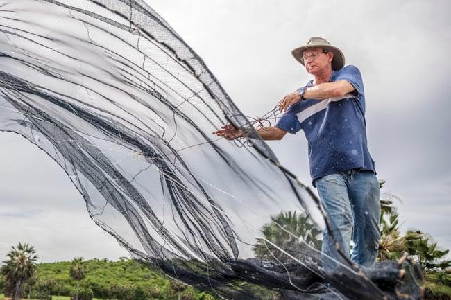 Fazenda Pituassu Alltech - Produtor de peixes jogando tarrafa